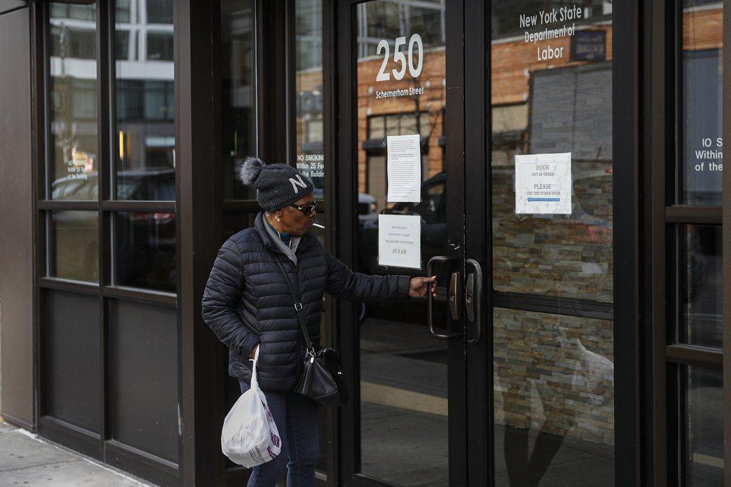 美國上周首度申請失業救濟金人數高達665萬人,連續第二周改寫紀錄。 美聯社