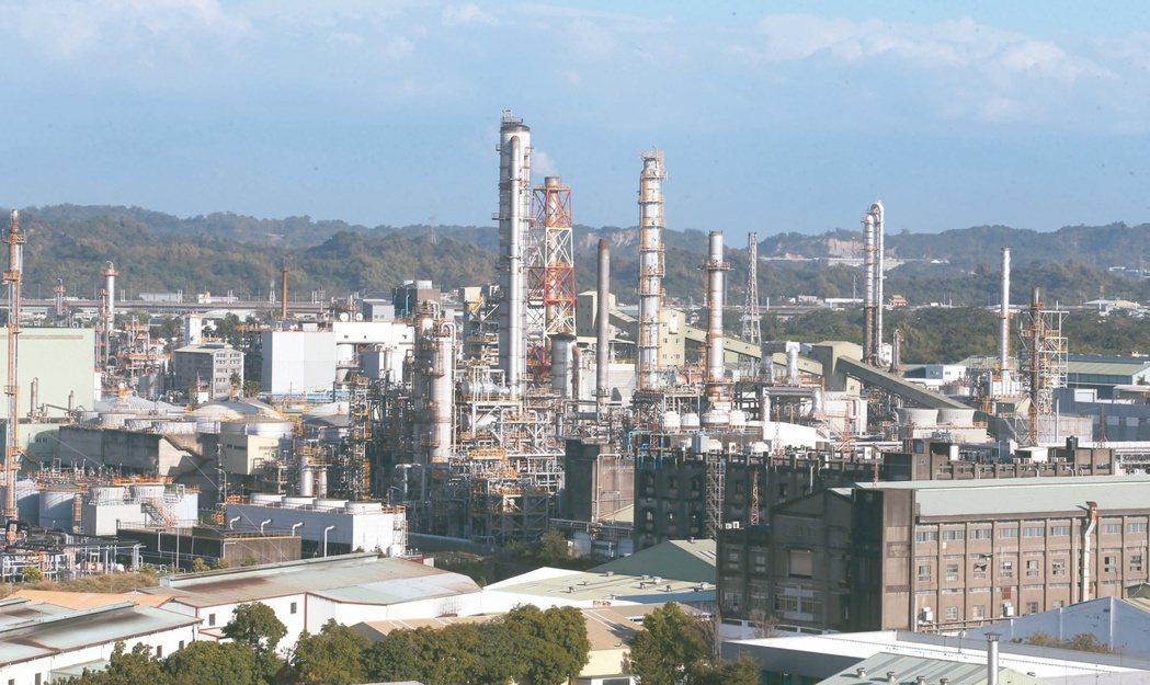 高雄市大社工業區面臨土地解編,當地石化產業何去何從也成為經濟發展與環保的兩難議題...