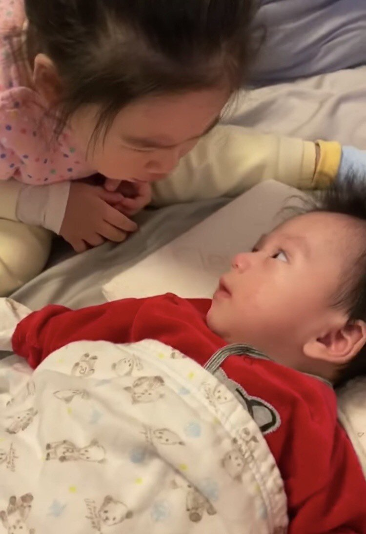 余苑綺的女兒很疼弟弟,一直跟他說我愛你。圖/余苑綺臉書
