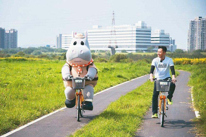 新竹市長林智堅日前帶著市立動物園的行銷大使「河馬樂樂」,前往戶外運動場「新竹左岸」運動防疫。 圖/新竹市政府提供
