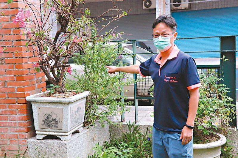 中庄國小校長陳逸隆表示,在民眾可輕鬆侵入的校園一隅,搬上重達百公斤的盆栽阻擋,請民眾防疫期間不要進入校園。 圖/中庄國小提供