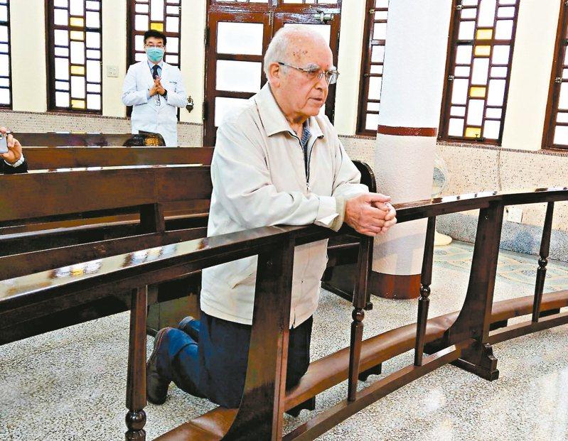 天主教台灣靈醫會會長呂若瑟神父含淚跪求天主保佑義大利疫情早日結束,他也寫了一封求救信,請求台灣人救救他的家鄉。 記者戴永華/攝影