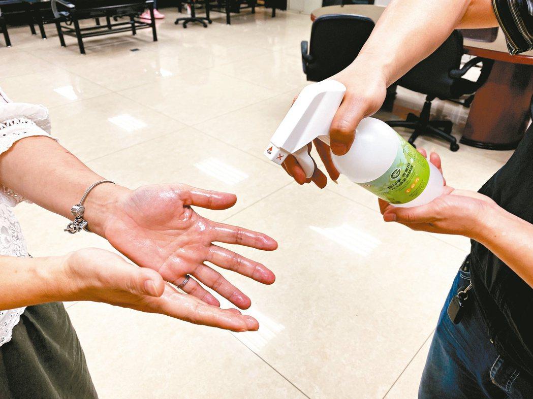 疫情來勢洶洶,而面對病毒最好的防疫辦法就是勤洗手。 圖/聯合報系資料照片