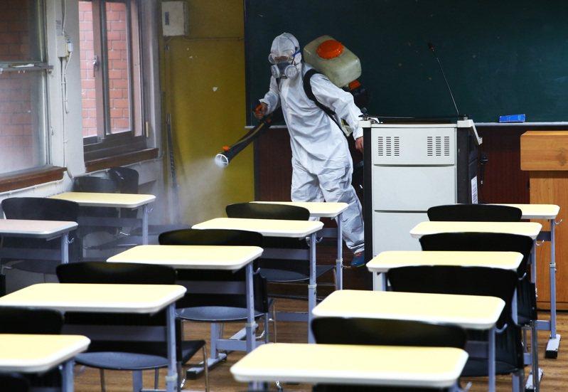台師大一名學生確診新冠肺炎,校方昨消毒校園。記者杜建重/攝影