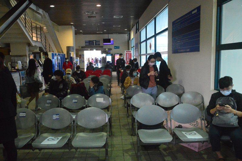 新北市板橋長途客運轉運站座位貼上「X」,讓乘客隔著坐。 記者施鴻基/攝影