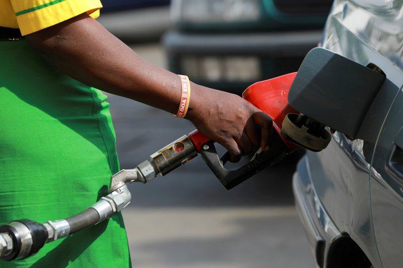 國際油價周五擴大漲幅,布蘭特原油期貨目前大漲8.5%,西德州中級原油(WTI)漲4.2%。 路透社