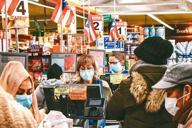 隨著疫情日益嚴重,在公共場所戴口罩的人越來越多,圖為紐約市布魯克林一家雜貨店的收...