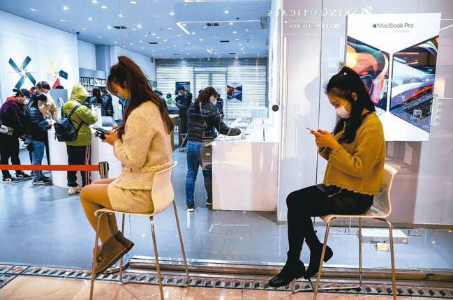 受新冠肺炎疫情影響,全球手機銷售急凍,法人對主流電子產業第二季展望保守。 中新社