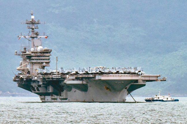 美國航空母艦羅斯福號染疫,艦長克羅齊爾向上級求救遭拔官。 法新社、路透