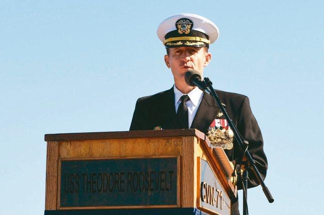 美國航空母艦羅斯福號染疫,艦長克羅齊爾(見圖)向上級求救遭拔官。 法新社、路透
