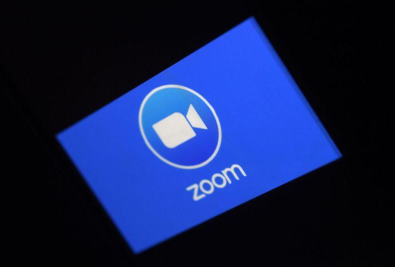 視訊軟體ZOOM因資安疑慮遭禁用,台北市教育局表示影響不大,還有其他軟體如Adobe Connect可用,也會陸續連結GoogleHangouts Meet、Microsoft Teams等。 圖/法新社