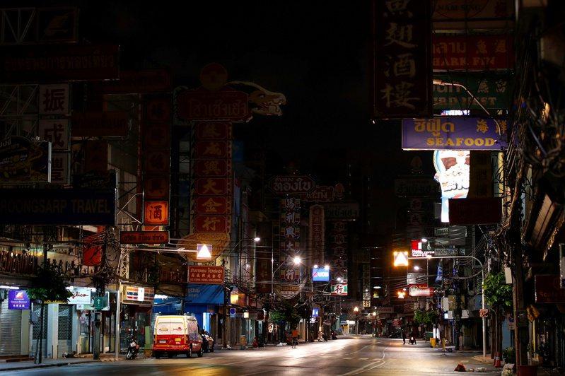 為遏止新冠肺炎擴散,泰國政府實施宵禁。圖為實施宵禁後,冷清的曼谷中國城街道。 路透社