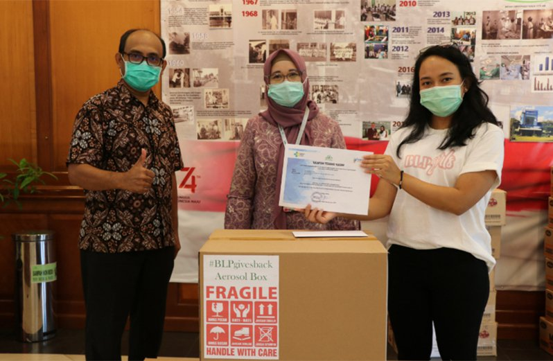 印尼美妝公司 BLP Beauty 資助壓克力廠商生產門諾醫院醫師賴賢勇發明的「防疫箱」, BLP Beauty 執行長克里絲塔(右1)3日將「防疫箱」致贈位於雅加達南區的法瑪瓦蒂(RS Fatmawati)醫院。 中央社