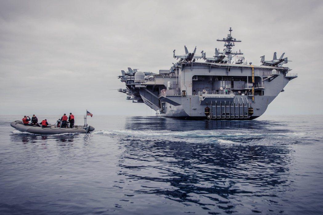 美國海軍航空母艦「羅斯福號」爆發船上疫情,艦長克羅西爾上校(Brett Croz...
