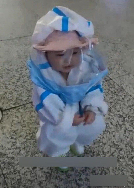 1歲男童在火車站跑來跑去,內地網民大呼可愛。(微博影片截圖)