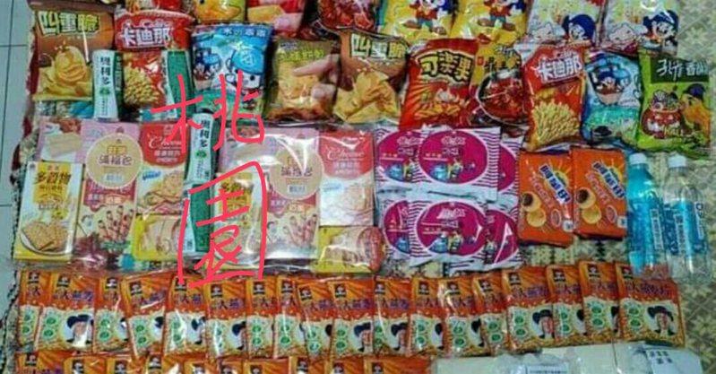 有網友分享多個縣市的居家檢疫包,桃園提供滿滿的零食,讓人看了超傻眼。 圖/翻攝自「爆廢公社公開版」