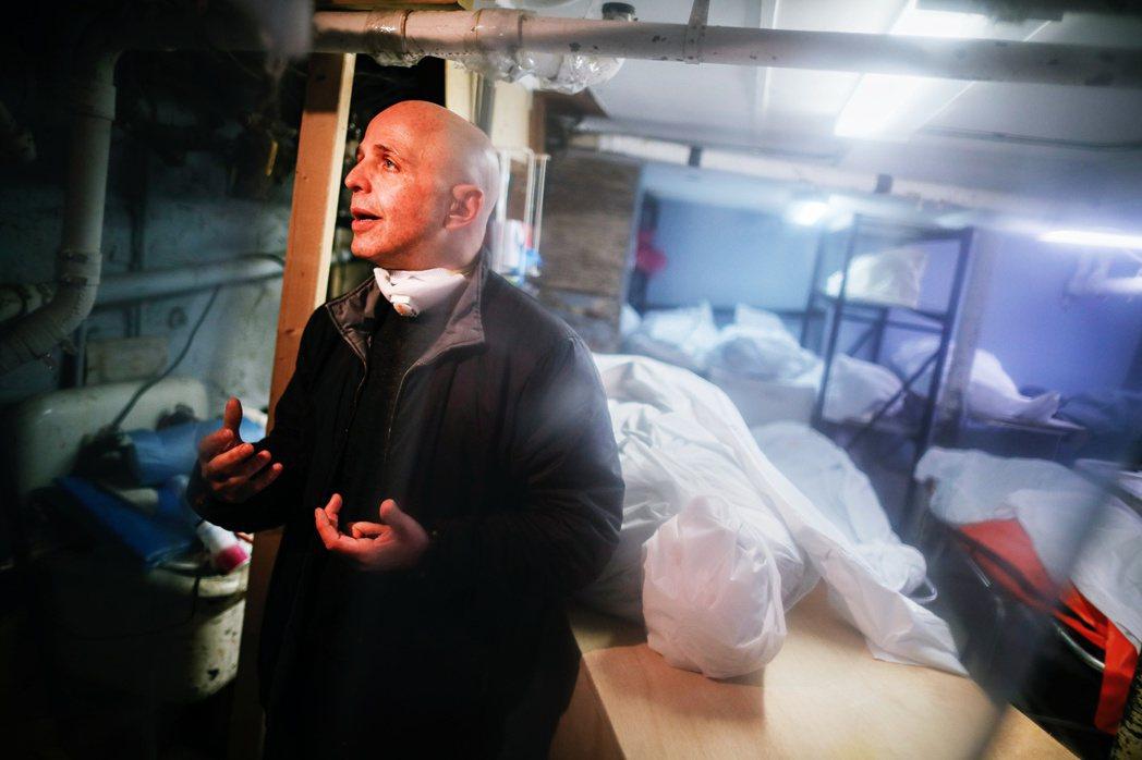 圖為紐約市布魯克林區的葬儀社老闆派特.馬爾摩(Pat Marmo)。瘟疫之下的喪...