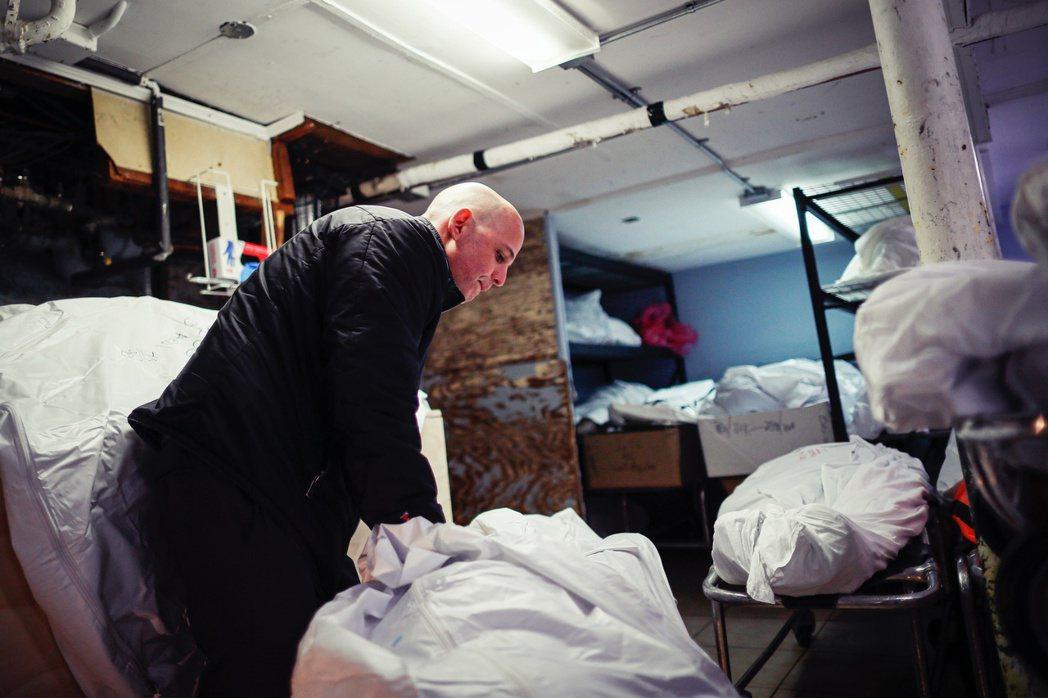 「被送來這裡的死者,大概有60%是武漢肺炎的病患。」馬爾摩表示,紐約市各地的葬儀...