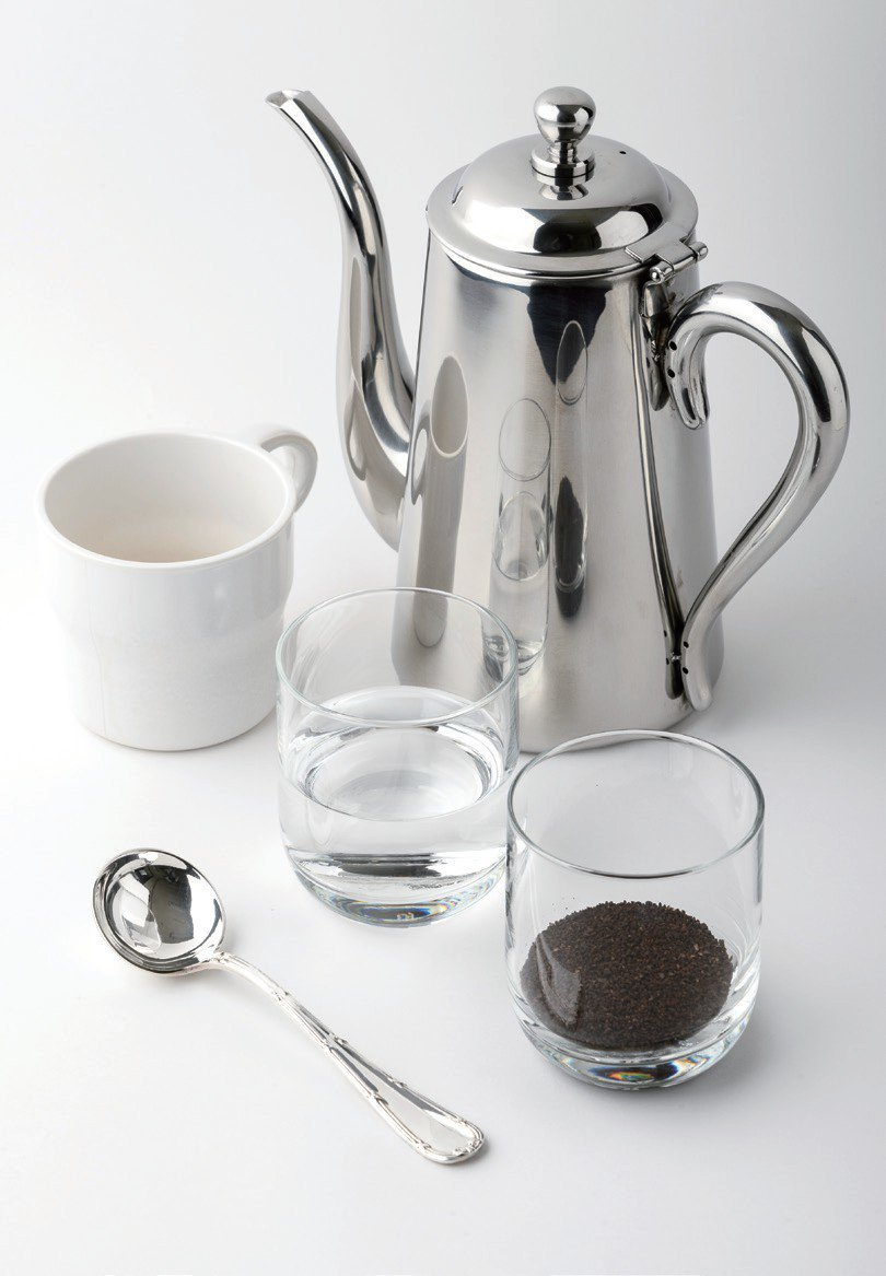 準備杯測要用的物品:裝著烘焙豆磨成的咖啡粉(十公克)的玻璃杯、杯測杓、裝著洗湯匙...