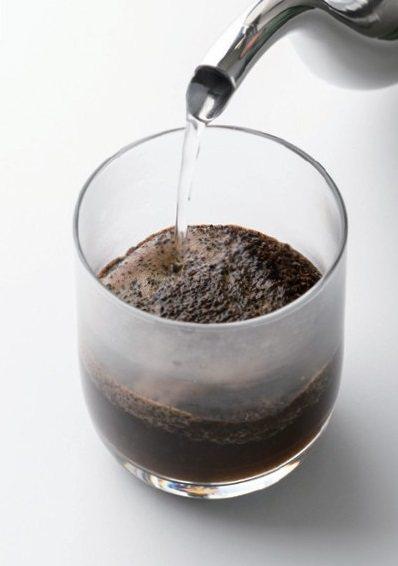 在玻璃杯裡倒入一百八十毫升的熱水(約九十五℃)。悶蒸三分鐘。表面的粉崩塌之後,封...