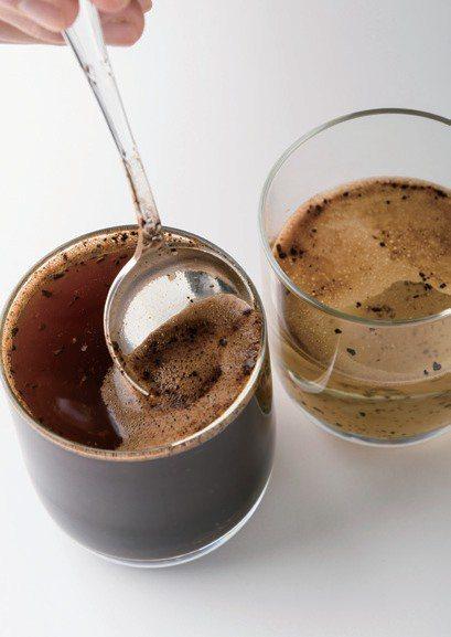 用杯測杓去除表面的泡沫。圖/幸福文化提供