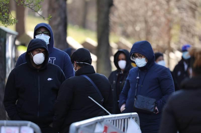 美國紐約州新冠肺炎疫情惡化,圖為紐約市民眾在醫院外等候採樣篩檢。(法新社)