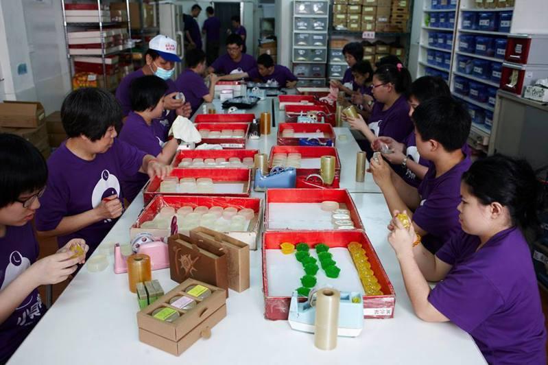 小貝殼工作坊庇護員工動手做手工皂。圖/小貝殼工作坊提供
