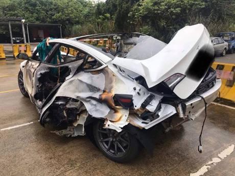 影/桃園一輛Tesla自撞分隔島起火 32歲駕駛受困死亡
