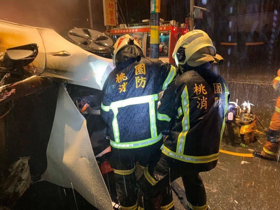 前天(1日)凌晨0點30分,桃園市龍潭區中正路佳安段360號附近,有1台特斯拉M...
