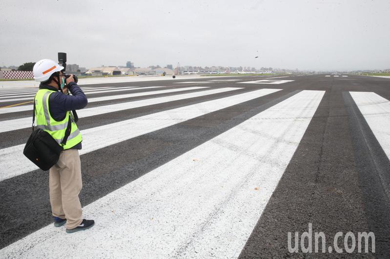 交通部長林佳龍上午視察台北航空站(松山機場)跑道整建工程。記者曾吉松/攝影