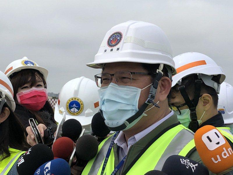 交通部長林佳龍今天視察松山機場跑道整建,並透露已經媒合六家國籍航空於清明連假之後,與主辦銀行討論專案貸款。記者雷光涵/攝影