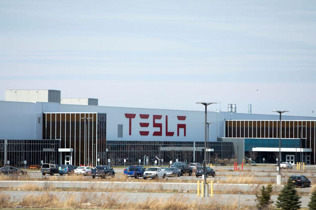 特斯拉在美國的唯一工廠已暫時停工,因為當地政府要求非必要的事業下個月繼續關閉。路...