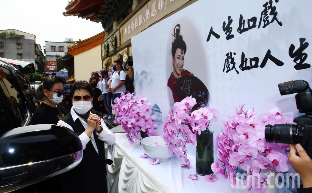 小鳳仙(陳麗如)3月17日過逝,今日上午舉行告別式,楊麗花(左二)與陳亞蘭(左一