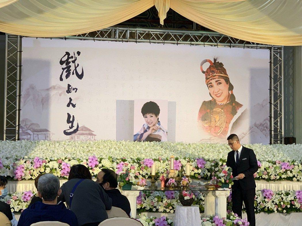 小鳳仙告別式現場,有楊麗花送的花海,場面溫馨。記者陳慧貞/攝影