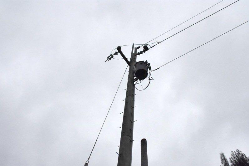 男子疑似想盜剪電線,不慎觸電從電桿高處摔落地面身亡,電桿上還勾掛著一把鐵槌(左)。圖/記者胡蓬生翻攝