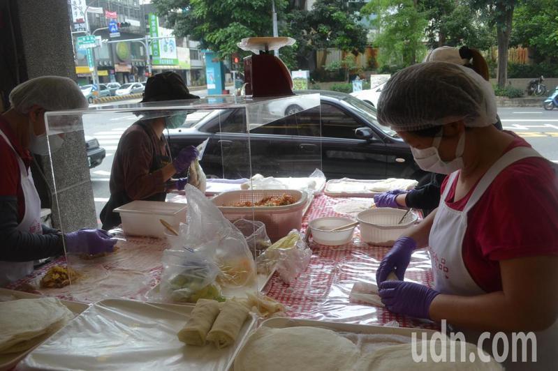 清明節到,大家都會吃潤餅,業者把握商機販售。記者鄭惠仁/攝影