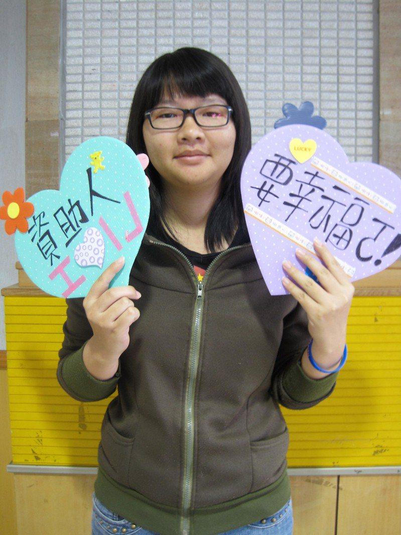 世界展望會嘉義中心社工劉欣柔坦言,看見孩子們開心笑容,就像看見從前的自己。圖/劉欣柔提供