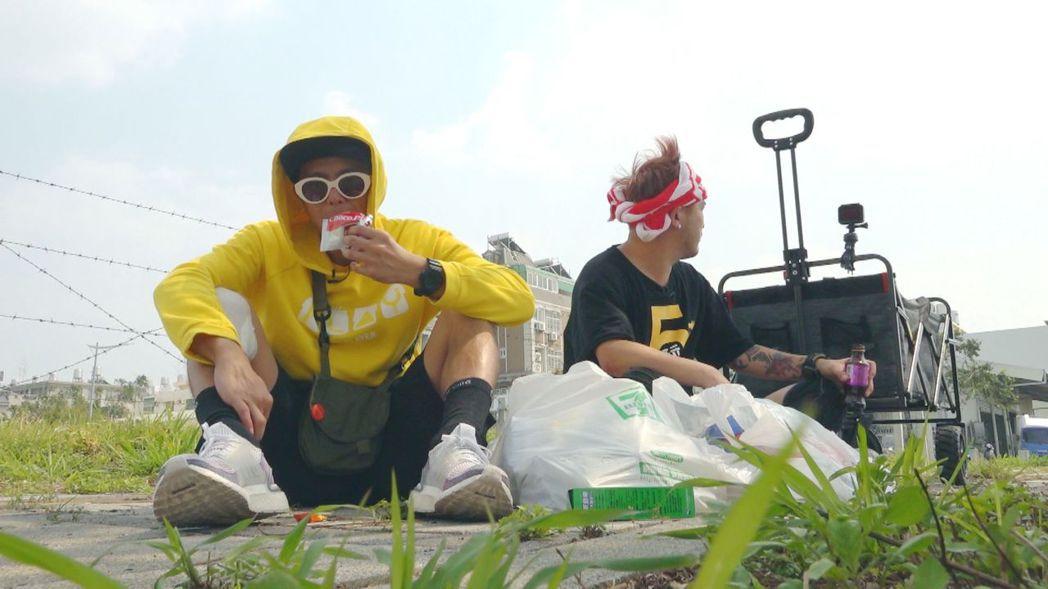 小鬼和KID坐在路邊吃民眾送的食物。圖/三立提供