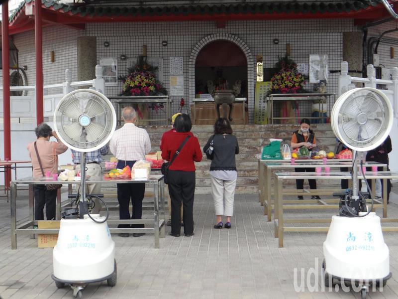 虎尾公墓各納骨塔祭拜區加裝消毒電扇。記者蔡維斌/攝影