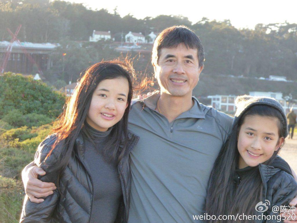 金馬影后陳冲的的丈夫及2個女兒。圖/摘自微博