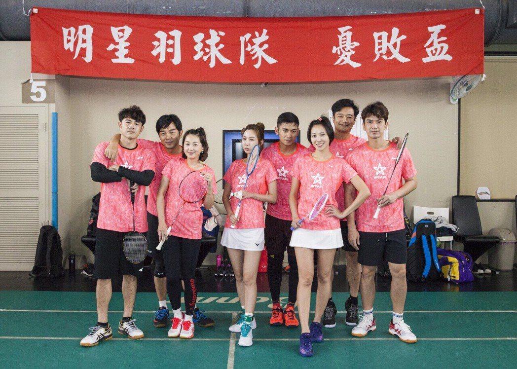 由大牙(右三)發起的明星羽球隊,成員包括了潘逸安(右起)、林佑星、大牙、亮哲、曾...
