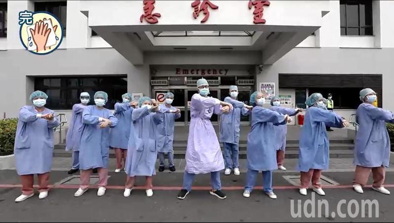 奇美醫學中心錄製防疫兼紓壓影片,各單位員工代表跳洗手舞。圖/員工提供