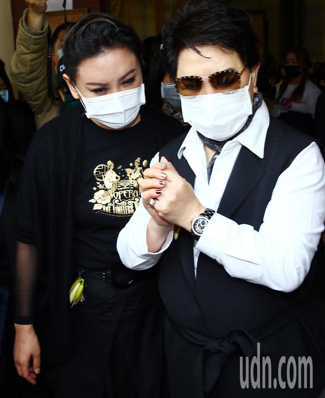 楊麗花歌仔戲團當家丑角小鳳仙(陳麗如)今日上午在板橋殯儀館舉行告別式,楊麗花(右