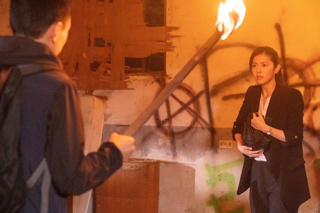 任容萱(右)在「覆活」戲中,與陳以文在廢墟交手。圖/八大提供