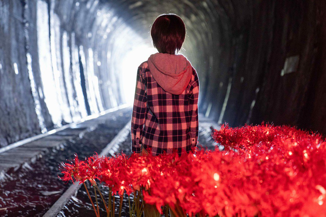 「覆活」戲中男主角走進黑暗隧道,後方出現盛開的彼岸花。圖/八大提供