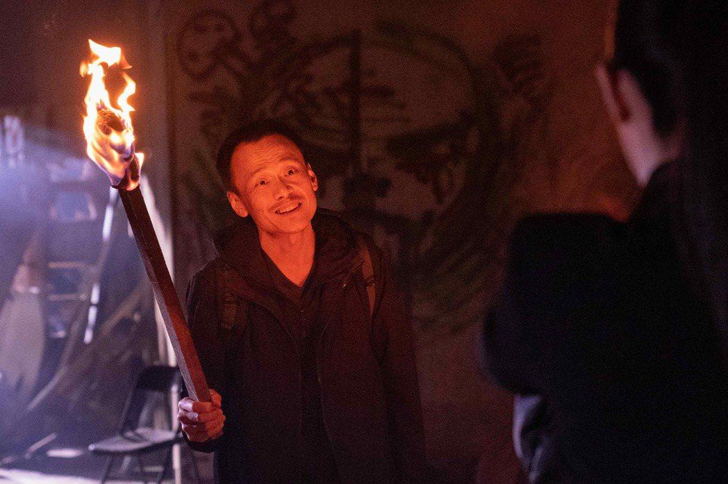 陳以文在戲中飾演的縱火犯,與任容萱在廢墟交手。圖/八大提供
