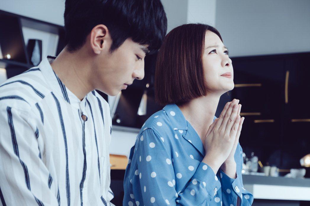 安心亞(右)在「墜愛」戲中祈求上天幫助宋柏緯。圖/歐銻銻娛樂提供