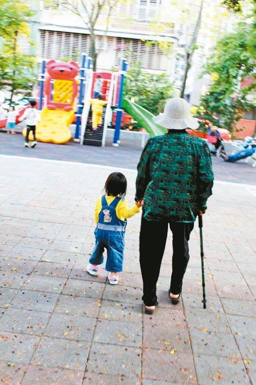 90歲的阿祖,每日陪著曾孫日行5000步。圖/小晴天提供