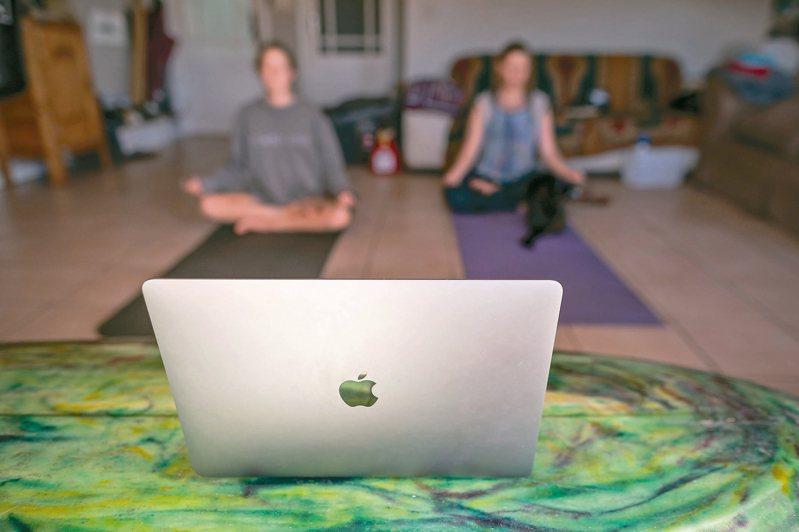 新冠肺炎疫情帶動全球遠距工作、線上學習、網路消費等新形態經濟活動,以因應各地封城鎖國,也有愈來愈多人希望保持健康,南非開普敦就有瑜伽教師將課程轉為線上,學員在家裡也能參與。 歐新社