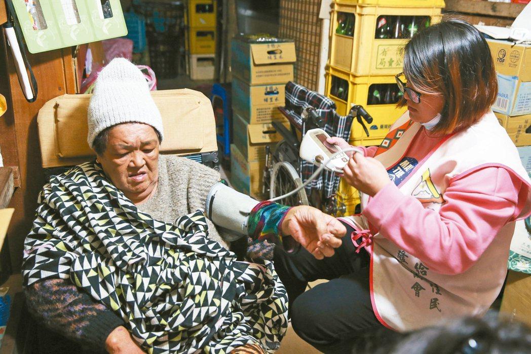 宜蘭縣崗給原住民永續發展協會照服員訪視部落老人。記者葉信菉/攝影